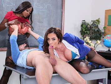 Trio de sexo salvaje con la profesora de lengua y su madrastra tetona