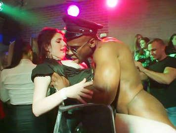 Despedida de solteras en una sala de striptease con stripers follando a las chicas