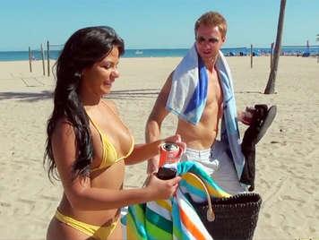 Milf culona en la playa aburrida del sol prefiere chupar y follar una gran polla