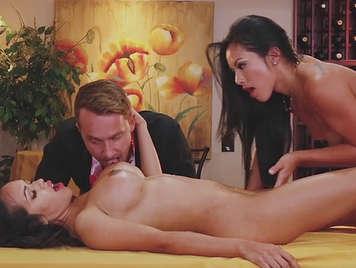 Trio con due procace maturo in giochi sessuali