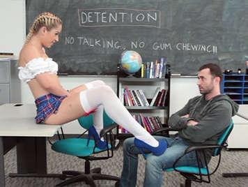 Colegiala traviesa con faldita follando en la sala de castigo
