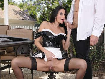 Sirvienta obediente y con un coño jugoso  mamando polla y follando en el jardin