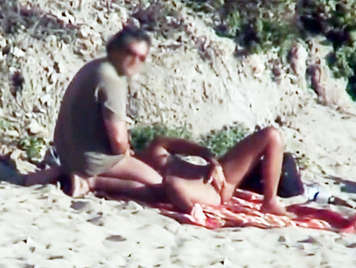 Video porno voyeur de una pareja practicando sexo oral en la playa