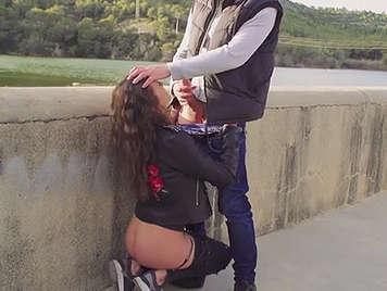 Española le chupa la polla a su novio en la calle.