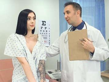 Morena delgada de coño peludo haciendole una mamada al doctor en su consulta