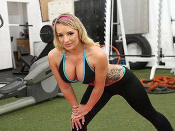 Rubia tetona haciendo una mamada espectacular en el gimnasio