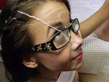Corrida bestial en la cara de una dulce jovencita de 18 años con gafitas
