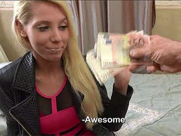 Jovencita rubia de 18 años seducida a follar a cambio de dinero