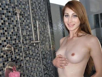 Pelirroja de 18 años mamando una verga en la ducha