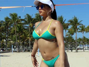 Latina en la playa juega a voley y quiere una polla follando su coño