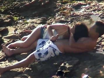 Video porno voyeur, chica con braguitas haciendo una mamada a su novio en la playa