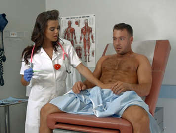 Sexual enfermera en practicas mamando y follando una verga larga y dura