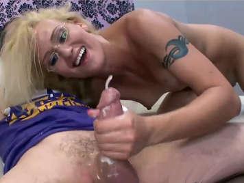 Rubia con lindas tetas masturbando una verga hasta que salta la leche