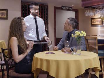 Novia infiel se folla al camarero del restaurante en los baños