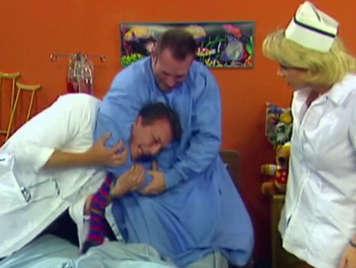 El buen doctor y su rubia enfermera tetona chupapollas