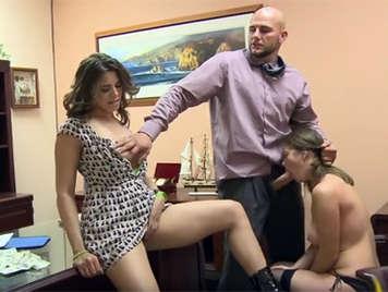 Chicascachondas follando por dinero en una oficina