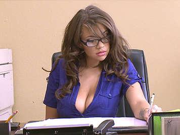 Cassidy Banks, es la nueva secretaria tetona y hambrienta de sexo