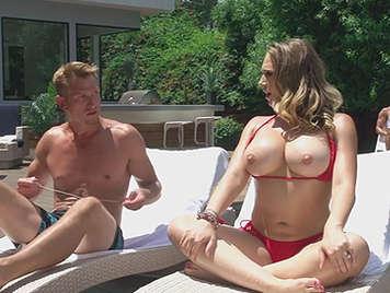 Trio con la tetona en la piscina