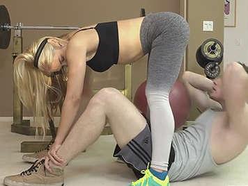 Entrenando en mayas en el Gym termina follando con el entrenador.