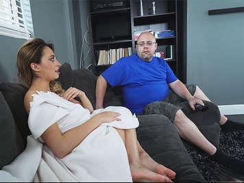 Rubia tetona insatisfecha follando con su cuñado mientras su marido no está en casa