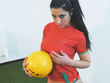 Follando a una morena tetona aficionada al futbol sala