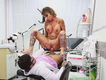 Tetona española con tatuajes follando en la consulta de su ginecologo