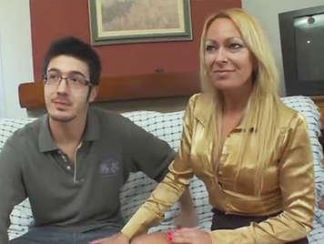 Rubia amateur milf rubia cachonda follando con un chico joven