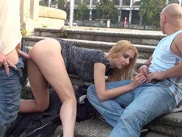 Rubia muy puta follada por dos vergas en un parque publico