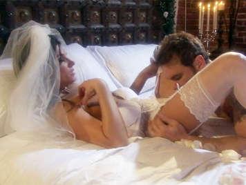 Noche de bodas sensual con una novia vestida con lencería blanca