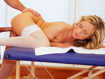 Masaje vaginal a una linda Rubia de coño chorreante