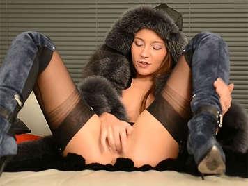 Chica rusa de coñito dulce y depilado masturbandose hasta llegar al orgasmo