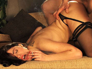 Descarada y sensual morena de cuerpo natural con la boca llena de semen caliente