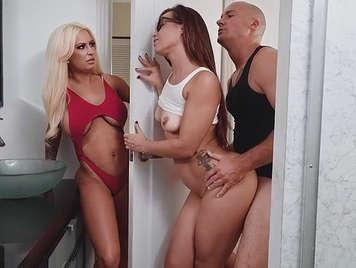 Trio con su marido y otra chica
