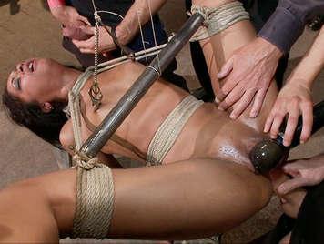 Harter Sex und sexuelle Demütigung, die Zehenmädchen brechen, banden Füße und Hände