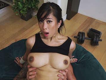 Chica asiatica de tetas grandes haciendo aerobic folla y se traga una corrida