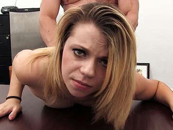 Hermosa rubia en un casting anal obtiene un creampie
