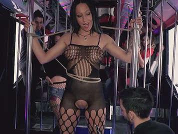 Spanischer Stringer gefesselt, gepeitscht und auf einer Junggesellenparty in einem Bus gefickt