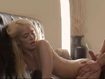Sensual rubia follada por su novio que se corre sobre su hermoso y suave culo