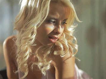 Preciosa y sensual chica rubia haciendole una mamada a su chico por la mañana