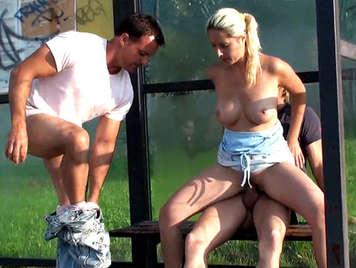 Sex in der Öffentlichkeit, der eine vollbusige Blondine an einer Bushaltestelle fickt