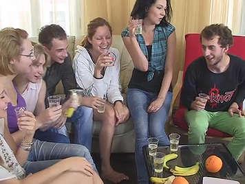 Orgia universitaria en con mucho alcohol y sexo