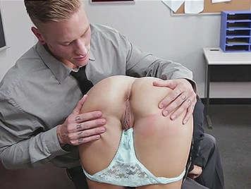 Le gustan las bragas de su alumna y se la folla.