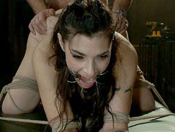 sexo salvaje anal con una joven esclava sexual atada de
