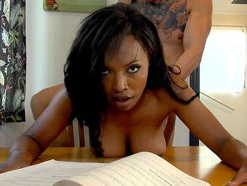 Interracial Sex mit einem exotischen schwarzen Teen mit großen natürlichen Titten