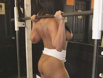 Erstaunlich Große Brüste MILF mit einem getönten Körper und großen Arsch im Fitness-Studio gefickt