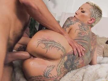 Fucking die tropfende Fotze einer blonden MILF mit erstaunlichen Arsch mit tätowierten Körper