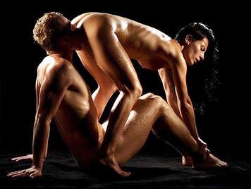 Sinnliche Sexszene eines ölverschmierten Pärchens, das ihren Sperma-Sex verdeckt
