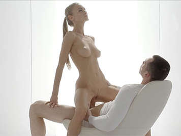 Porno sensual de un hermosa rubia de tetas naturales tragando una enorme polla
