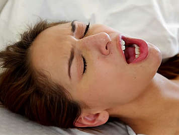Niñera de garganta profunda y coño depilado follada tragando semen