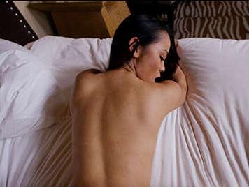 Chica asiatica folla a cuatro patas sacudiendo su culo